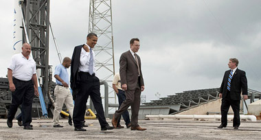 Elon Musk, SpaceX ziyareti sırasında Obama ile (Wikipedia)